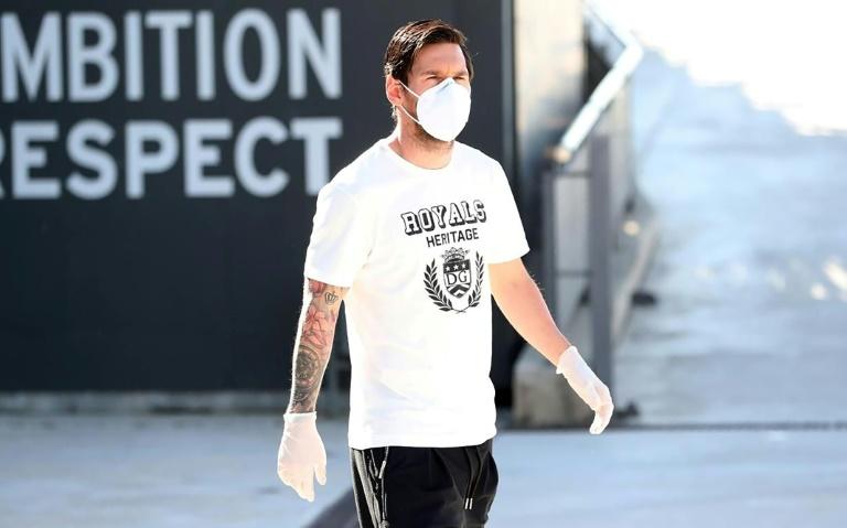 L'attaquant du FC Barcelone Lionel Messi, masqué et ganté le 6 mai 2020 au centre d'entraînement du FC Barcelone à Sant Joan Despi (Espagne)