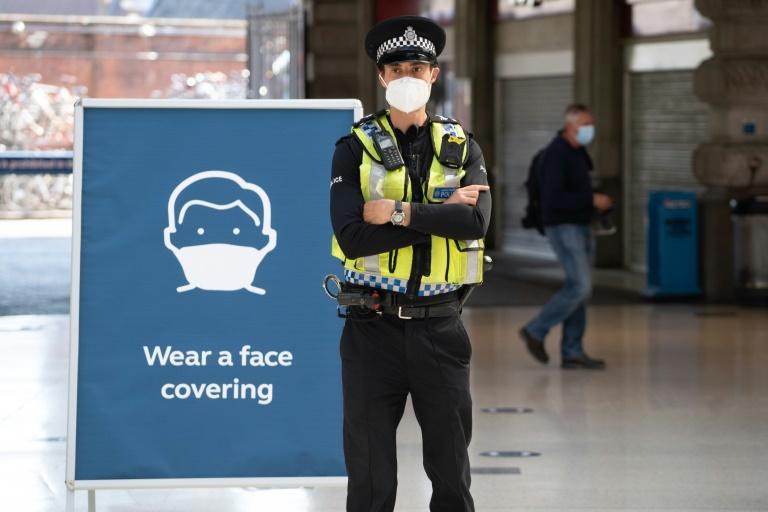 Un policier londonien porte un masqueà la station Waterloo le 15 juin 2020