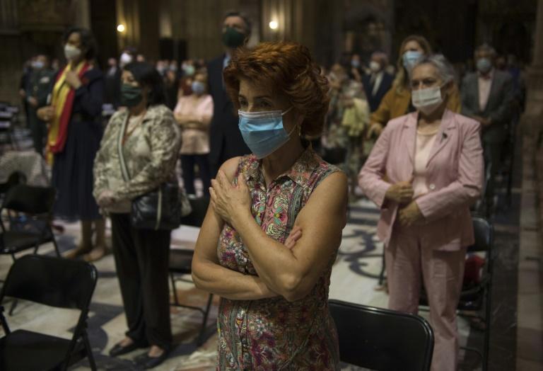 Des fidèles se recueillent à la cathédrale de Séville le 4 juin 2020 lord d'une cérémonie à la mémoire des victimes du nouveau coronavirus