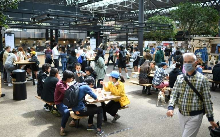 Des personnes déjeunent au Old Spitalfields Market, le 2_ juin 2020 à Londres afp.com - DANIEL LEAL-OLIVAS