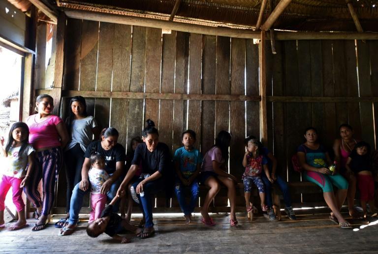 Des indigènes de l'ethnie Mayoruna patientent dans un dispensaire de l'amée brésilienne à Cruzeirinho, en Amazonie, le 18 juin 2020 afp.com - EVARISTO SA