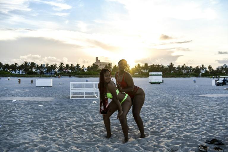 Des femmes dançant à Miami Beach, en Floride, le 24 juin 2020 afp.com - CHANDAN KHANNA