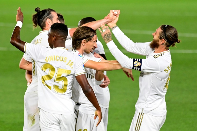 Le défenseur du Real Madrid, Sergio Ramos (d), félicité par ses coéquipiers après son but face à Majorque lors du match de Liga à Valdebebas, le 24 juin 2020 afp.com - JAVIER SORIANO