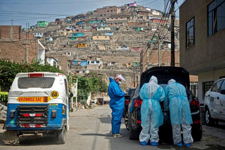 Des médecins se préparent pour aller voir un malade du Covid-19 le 11 juin 2020 près de Lima, au Pérou
