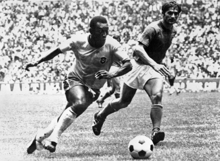 Le roi Pelé efface le défenseur italien Tarcisio Burgnich en finale de la Coupe du monde le 21 juin 1970 à Mexico. STF AFP/Archives