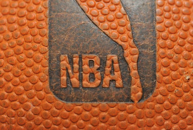 Le logo de la NBA sur un ballon lors du match entre les Denver Nuggets et les Portland Trail Blazers le 28 décembre 2010