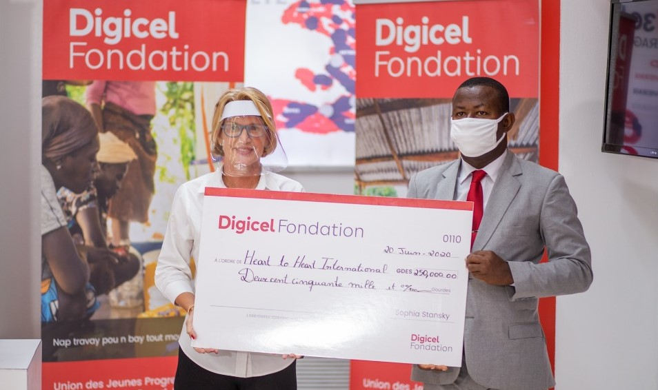Sur la photo, l'un des finalistes, reçevant son chèque de 250 mille gourdes. Photo : Fondation Digicel.
