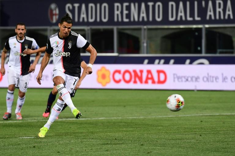 L'attaquant de la Juventus Cristiano Ronaldo transforme un penalty sur le terrain de Bologne, le 22 juin 2020