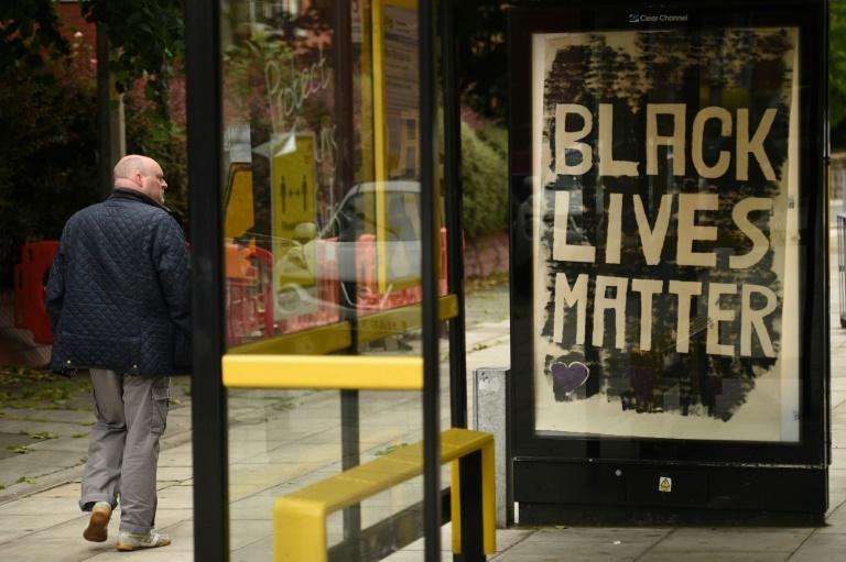 """Le slogan anti-raciste """"Black Lives Matter"""" sur un Abribus, à Liverpool, le 12 juin 2020"""