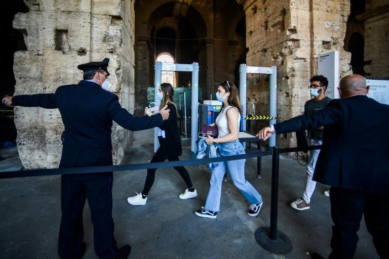 Au contrôle de sécurité du Colisée, à Rome, les quelques visiteurs de ce 1er juin 2020, jour de réouverture après les trois mois du confinement, contrastent avec les milliers de touristes qui visitent habituellement chaque jour le monument afp.com - Filippo MONTEFORTE
