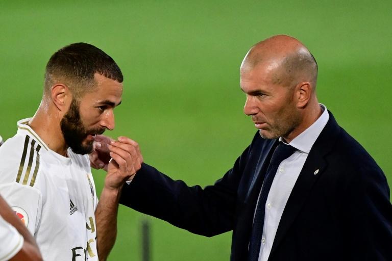 L'attaquant du Real Madrid Karim Benzema (g) et son entraîneur Zinédine Zidane, contre Majorque le 24 juin 2020 au stade Alfredo-Di Stefano, le 24 juin 2020 à Madrid