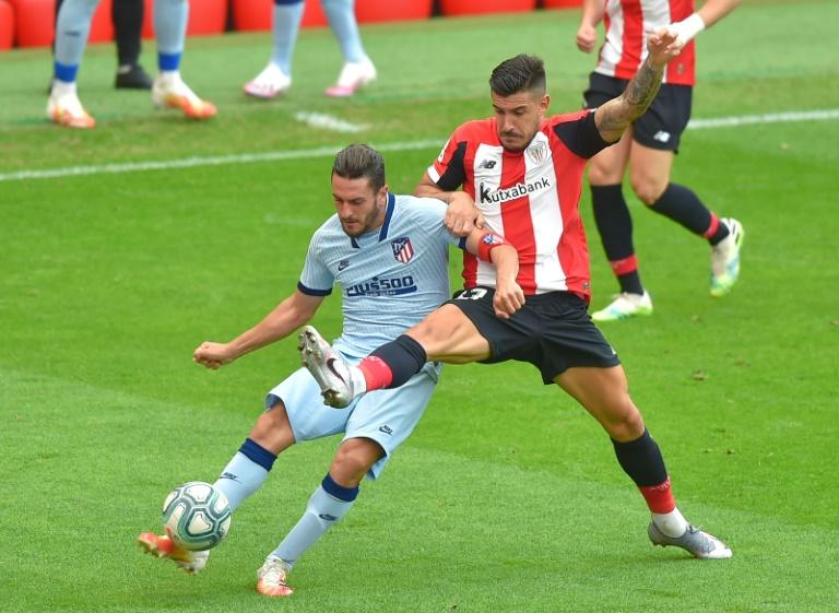 Le milieu de l'Atlético de Madrid, Koke, aux prises avec le défenseur de l'Atletic Bilbao, Yuri Berchiche, lors du match de Liga à Bilbao, le 14 juin 2020
