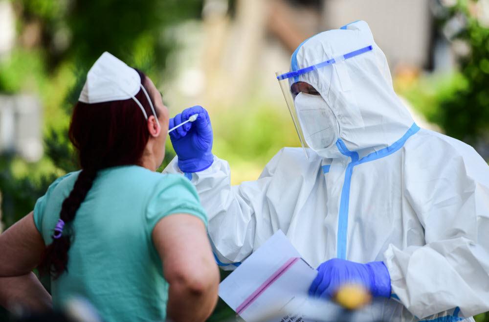 """La pandémie de Covid-19 """"est loin d'être finie"""" et """"s'accélère"""" même, a averti lundi l'Organisation mondiale de la santé. Photo Ina FASSBENDER/AFP1 /2"""