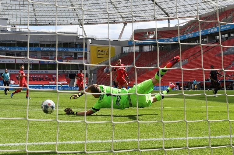 Le milieu du Bayern Munich, Leon Gortzka (c), marque le 2e but de son équipe lors du match de Bundesliga à Leverkusen, le 6 juin 2020