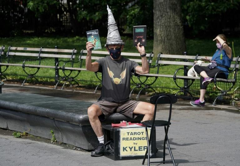 Kyler James tire les cartes dans le parc de Washington Square, le 9 juin 2020 à New York