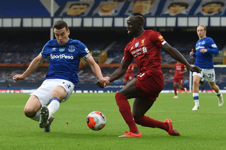 Le défenseur d'Everton Seamus Coleman (g) à la lutte avec l'attaquant de Liverpool Sadio Mané, le 21 juin 2020 à Liverpool