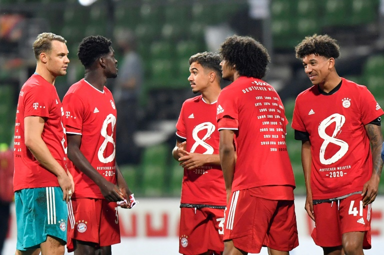 Les joueurs du Bayern Munich se congratulent après voir remporté un 8e titre de champion d'Allemagne consécutif, le 16 juin 2020 à Brême