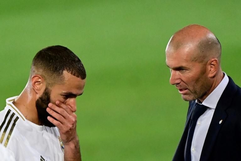 L'avant-centre du Real Madrid Karim Benzema (g) et son entraîneur Zinédine Zidane, lors du match contre Majorque, le 24 juin 2020 au stade Alfredo-Di Stefano à Madrid afp.com - JAVIER SORIANO