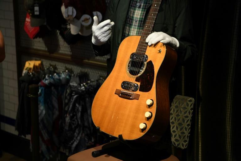 La guitare de Kurt Cobain, adjugée samedi à Beverly Hills (Californie) DANIEL LEAL-OLIVAS AFP