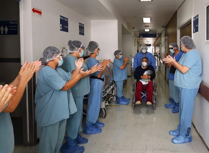 Un patient applaudi par les soignants à son départ de l'hôpital Juarez de Mexico après avoir guéri du Covid-19, le 8 juillet 2020 / AFP