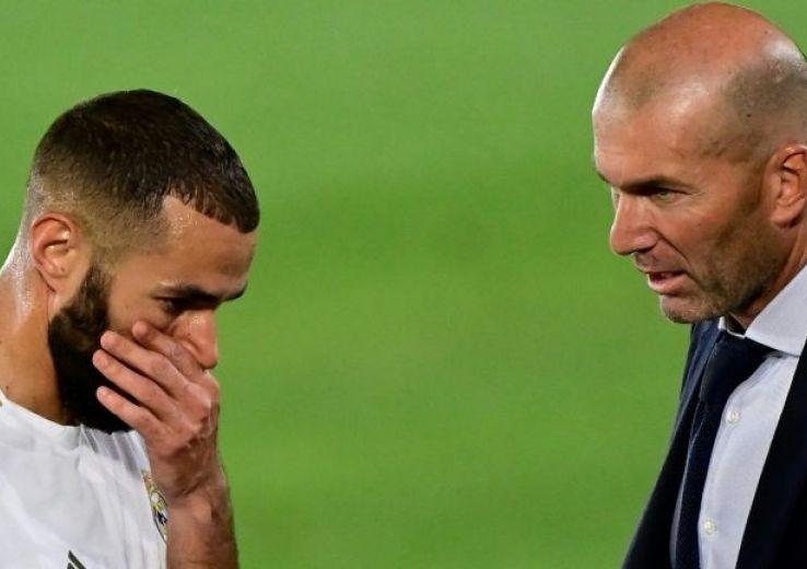L'avant-centre du Real Madrid Karim Benzema (g) et son entraîneur Zinédine Zidane, lors du match contre Majorque, le 24 juin 2020 au stade Alfredo-Di Stefano à Madrid.