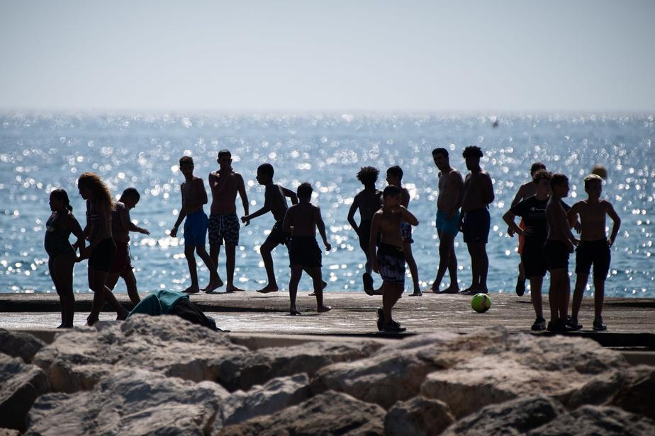« Les jeunes devraient être à la pointe du changement » dans les nouvelles attitudes sociales induites par la pandémie — distanciation physique, lavage des mains, port du masque lorsque la distanciation est impossible… —, a insisté le Dr Tedros. PHOTO CLEMENT MAHOUDEAU, ARCHIVES AGENCE FRANCE-PRESSE