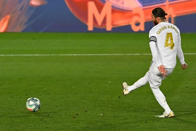 Le capitaine du Real Madrid Sergio Ramos marque sur penalty, l'unique but du match contre Getafe à Valdebebas, le 2 juillet 2020. GABRIEL BOUYS AFP/Archives