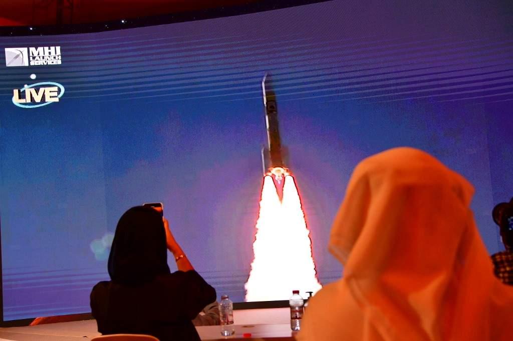 Ecran montrant le lancement de la sonde émiratie Al-Amal en route pour Mars depuis le Japon, le 19 juillet 2020 au Centre spatial Mohammed bin Rashid (MBRSC) de Dubaï Giuseppe CACACE AFP