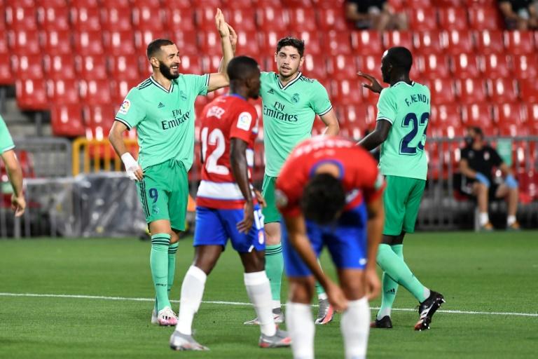 L'inévitable Karim Benzema, félicité par ses coéquipiers, a offert la victoire au Real Madrid à Grenade, le 13 juillet 2020 afp.com - JORGE GUERRERO