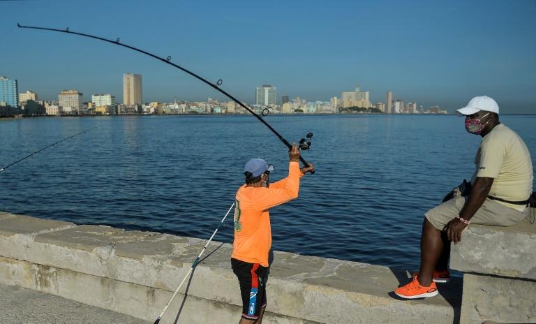 Un pêcheur sur le Malecon à La Havane, le 3 juillet 2020