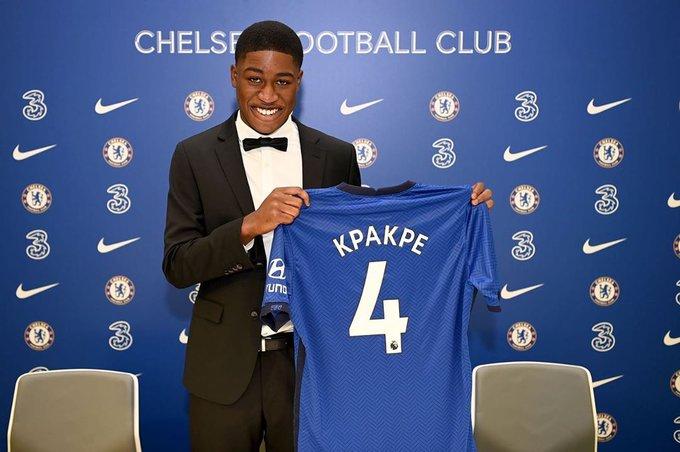 Kapakpé se fait prendre en photo après avoir paraphé son contrat. Photo: Compte Twitter de Chelsea