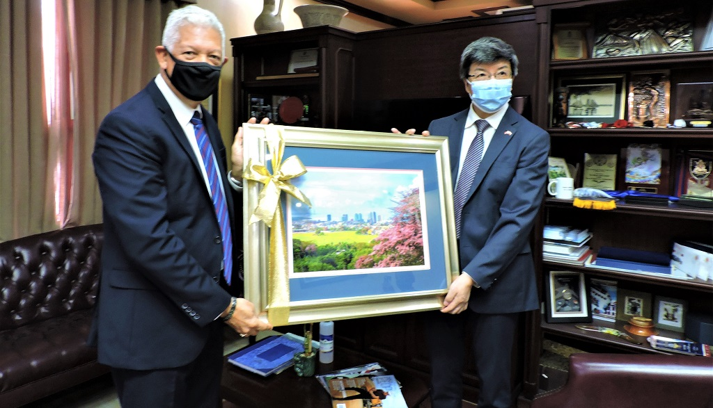 Chinese Ambassador to T&T receives parting gift from POS Mayor