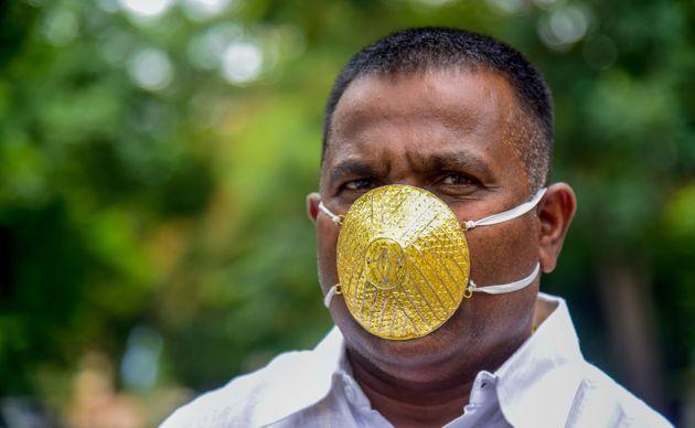 Huit jours ont été nécessaires pour permettre à des artisans de réaliser ce masque de 60 grammes recouvert de métal précieux, a expliqué Shankar Kurhade, un homme d'affaires de la ville de Pune, dans l'ouest de l'Inde.