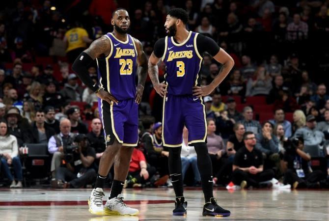 LeBron James et Anthony Davis lors d'un match de NBA des Los Angeles Lakers sur le parquet des Portland Trail Blazers le 6 décembre 2019 afp.com - Steve DYKES