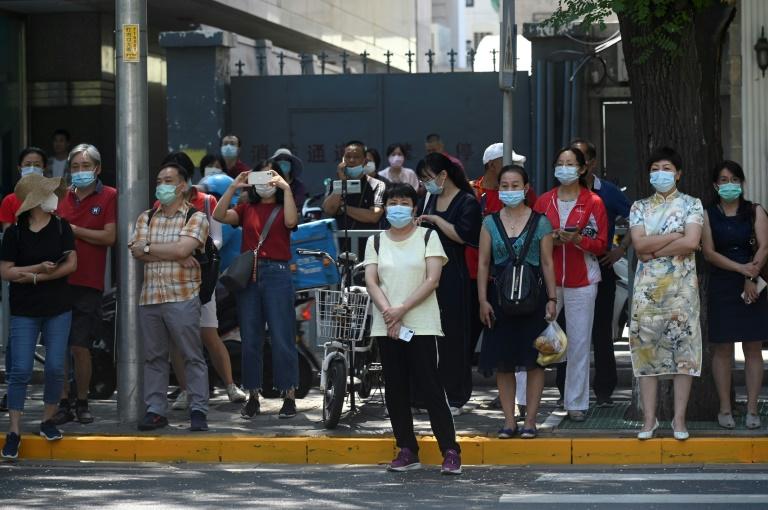 Des parents ont accompagné leurs enfants pour passer le bac à Pékin, le 7 juillet 2020