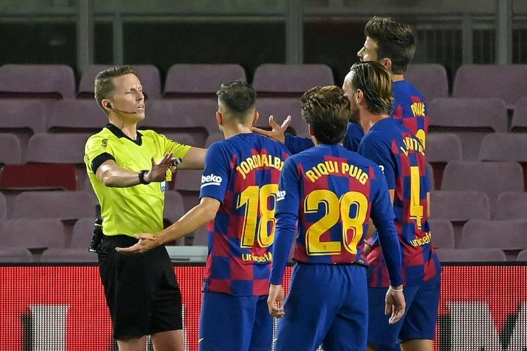 Des joueurs du FC Barcelone contestent une décision de l'arbitre Alejandro Hernandez (à gauche), le 30 juin 2020 au Camp Nou afp.com - Lluis GENE
