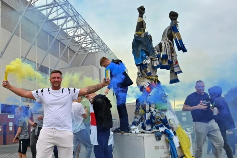Les supporters de Leeds United font la fête aux abords du stade d'Elland Road après la montée de leur équipe en Premier League, le 17 juillet 2020 afp.com - Paul ELLIS