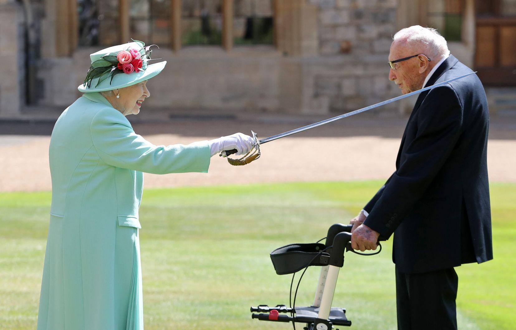 La reine Elizabeth II fait chevalier Tom Moore avec l'épée de son père, George VI, au château de Windsor à l'ouest de Londres, le 17 juillet 2020 afp.com - Chris Jackson