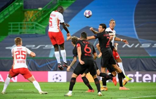 Le défenseur français de Leipzig Dayot Upamecano s'impose dans les airs contre l'Atletico Madrid à Lisbonne, le 13 août 2020 - LLUIS GENE