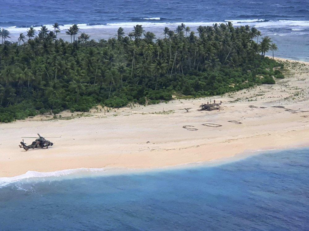 Un hélicoptère de l'armée australienne atterrit sur l'île Pikelot, dans les États fédérés de Micronésie, où les trois hommes ont été retrouvés dimanche 2 août (Australian Defence Force via AP)