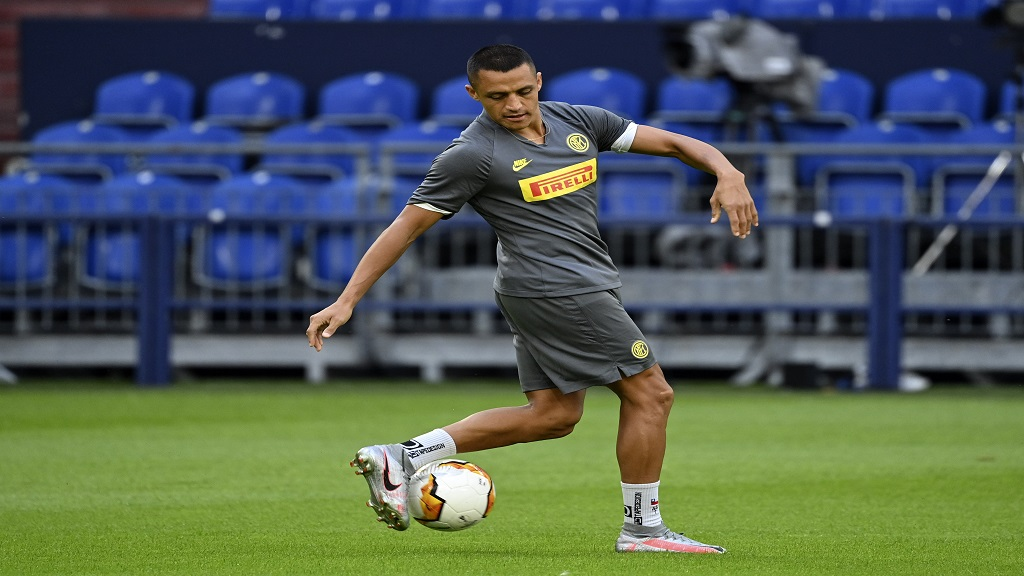 Inter Milan's Alexis Sanchez exercises during the training session prior the Europa League round of 16 football match against Getafe at the Veltins-Arena in Gelsenkirchen, Germany, Tuesday, Aug. 4, 2020. (Ina Fassbender/Pool via AP).