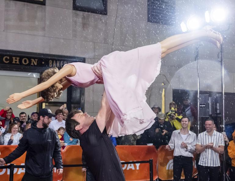 "Willie Geist s'habille comme le personnage de Patrick Swayze de ""Dirty Dancing"" lors de la célébration d'Halloween du spectacle ""Today"" au Rockefeller Plaza le 31 octobre 2019 à New York.