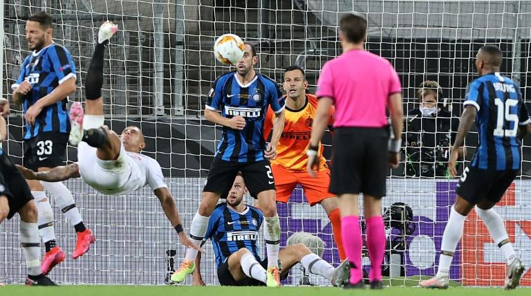 Le défenseur brésilien de Séville, Diego Carlos (g), marque sur un retourné le 3e but de son équipe en finale de la Ligue Europa face à l'Inter Milan, à Cologne, le 21 août 2020 WOLFGANG RATTAY POOL/AFP
