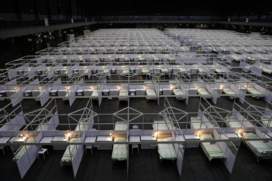 Des rangées de lits préparés dans un hôpital de campagne installé dans le centre d'exposition Asia World Expo, le 1er août 2020 à Hong Kong confronté à une nouvelle vague de contaminations au coronavirus ISAAC LAWRENCE AFP