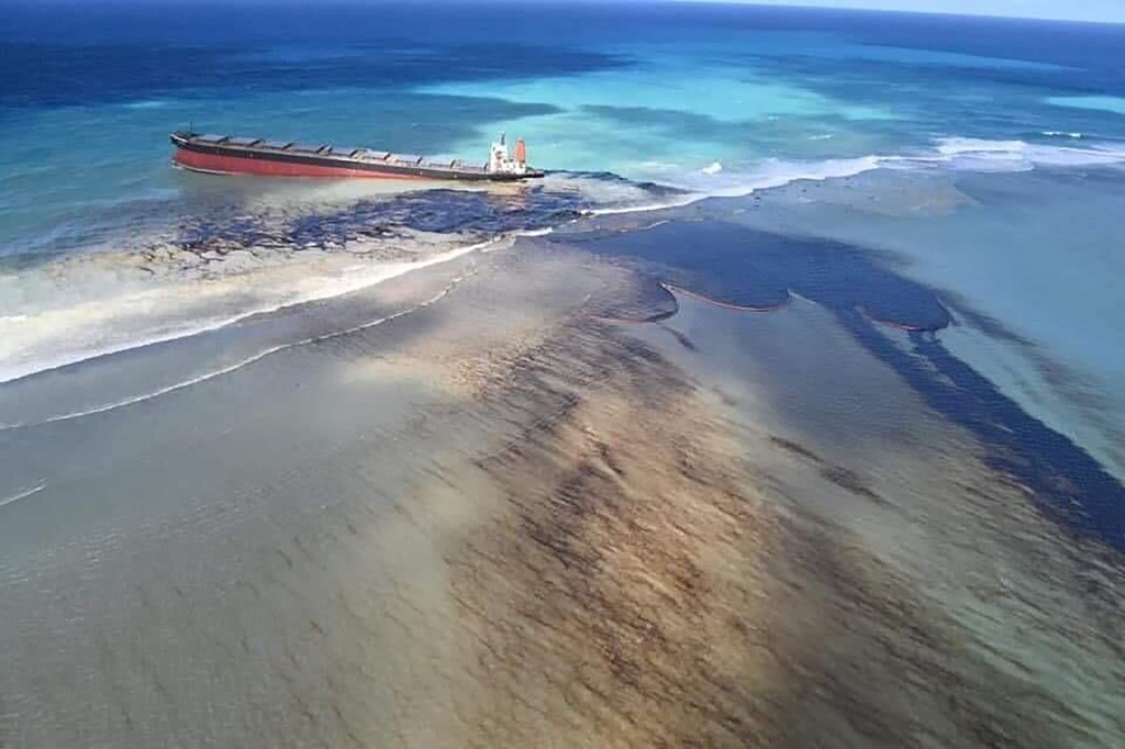 Mauritius scrambles to counter oil spill from grounded ship. (AP Photo)