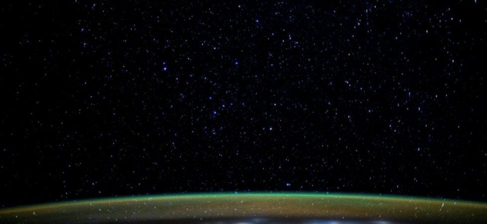 Vue des étoiles et de l'atmosphère terrestre depuis la Station spatiale internationale en janvier 2020 ©Handout, AFP