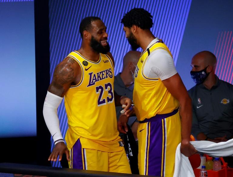 LeBron James et Anthony Davis sourient lors de la victoire des Los Angeles Lakers sur les Portland Trail Blazers lors du 5e match du 1er tour des play-offs NBA le 29 août 2020 à Lake Buena Vista, en Floride afp.com - Kevin C. Cox