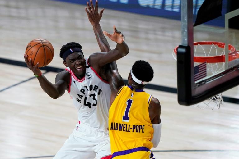 Le joueur camerounais des Toronto Raptors Pascal Siakam au duel avec Kentavious Caldwell-Pope des Los Angeles Lakers en NBA le 1er août 2020 à Lake Buena Vista, en Floride