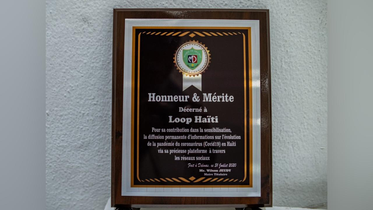 The plaque of honour presented to the Loop Haiti team for its outstanding COVID-19 coverage. (Photo: Maxime Télémaque)