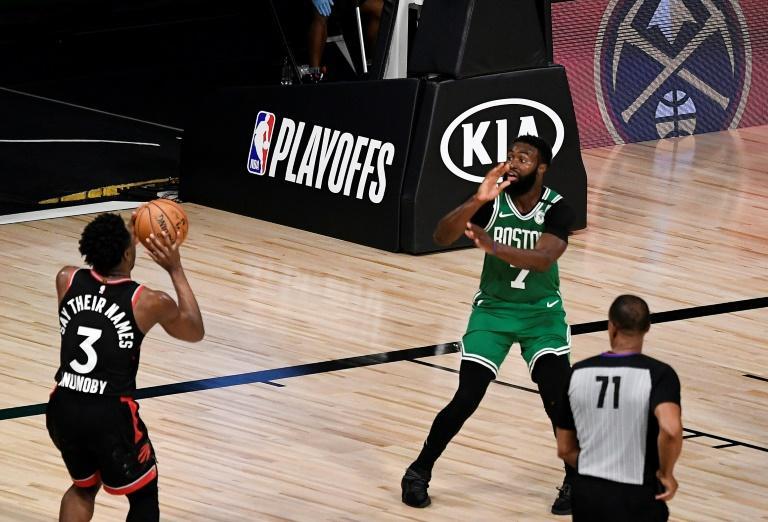 Le joueur des Toronto Raptors OG Anunoby au moment de marquer le tir à trois points donnant la victoire à son équipe face aux Boston Celtics, le 3 septembre 2020 afp.com - Douglas P. DeFelice